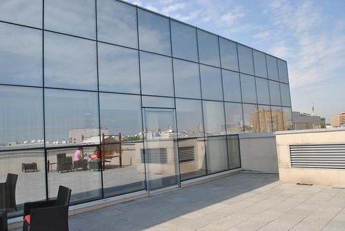 Вид на стеклянную стену офиса Яндекса