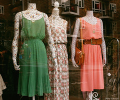 Sunday (Olalla Esquimal) Tags: road uk flowers orange flores verde green london window vintage bag ventana mannequins dress hill retro reflejo portobello naranja notting vestido bolso escaparate maniquies agostoesquiimal