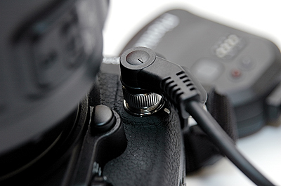 The receiver connector cable does not interfere with the operation of the lens release button