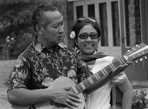 El dictador Suharto tocando la guitarra