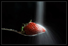 Rain of sugar (Andrea&Mike@Flickr) Tags: rain fruit strawberry spoon sugar lffel regen erdbeere zucker obst abigfave anawesomeshot superbmasterpiece diamondclassphotographer flickrdiamond