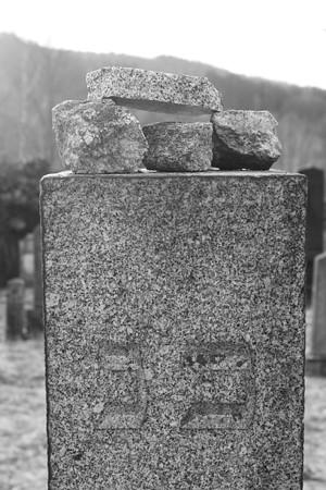 Steine am Grabstein