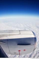 Flying... (Omar Junior) Tags: blue sky cloud fish window azul clouds plane airplane flying pentax d seat wide airbus junior nuvens inside avião aviao omar ist ceu pentaxistd turbina insidetheplane inaplane