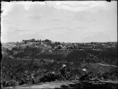 General view, Katoomba (Powerhouse Museum Collection) Tags: houses blackandwhite landscape bluemountains panoramic roads twopeople powerhousemuseum sitt xmlns:dc=httppurlorgdcelements11 dc:identifier=httpwwwpowerhousemuseumcomcollectiondatabaseirn29701