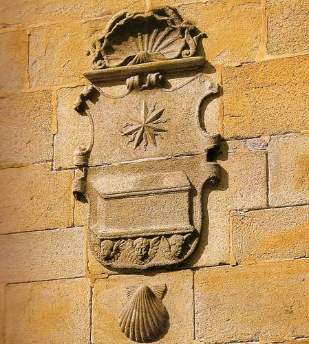 Estrella, urna y  la vieira en el escudo de Santiago