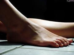 inho inho inho esse pzinho (f. prestes) Tags: light contrast foot toes close nails dedos contraste p lightandshadow unhas luzesombra