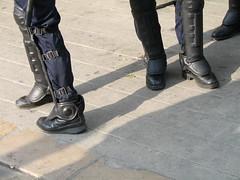 Playmobil...en avant les histoires (M_Aude) Tags: grenoble police protection manifestation bitume cpe jambière