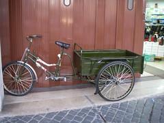 Triciclo de carga à porta de uma loja chinesa, nas Caldas
