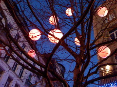 ( Brusselssprout_in_Manhattan  Eliane ) Tags: red brussels tree night lights belgium belgique belgi bruxelles christmasdecoration bxl brusel rueantoinedansaert antoinedansaertstraat