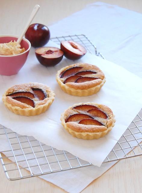 Plum and frangipane tartlets / Tortinhas de frangipane e ameixa