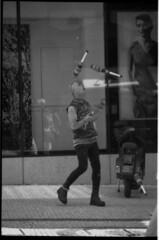 l'admiratrice (Isa devise) Tags: street portrait photography photos fotos surlevif blackundwhite photosderue lasauvette isadevise