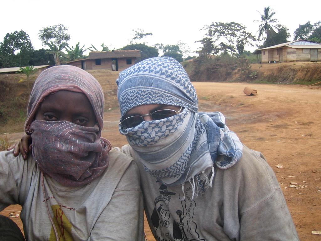 Completamente cubiertas para evitar el polvo del camino en un taxipaís en Guinea Ecuatorial