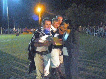 Lic. Gustavo Bottasso y Armando Giraudo reciben de manos de la intendenta de Ancasti el decreto de ciudadano y visitante ilustre