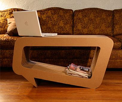 Mesa de cartón con forma de bocadillo de Leo Kempf