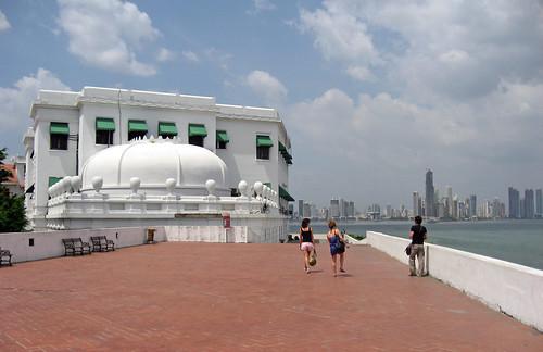 casco antiguo Panama, al fondo rascacielos