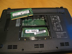 The 1 GB memory (left) and the factory memory (512 MB) in the case