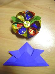 flor kanzashi y gorro samurai a origami (Garumiru) Tags: origami flor artesanal samurai papel japon papiroflexia artesania complementos kanzashi
