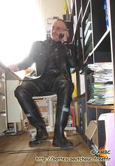 En latex noir au bureau (pascal en bottes) Tags: noir boots goma rubber latex pascal wellies gummistiefel bottes botas gumboots gomma caoutchouc stivali stövlar cuissardes