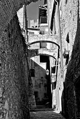 Vicolo a Capalbio (Dimiti) Tags: bw italy nikon italia nb bn tuscany d200 nikkor toscana 2008 italie maremma capalbio
