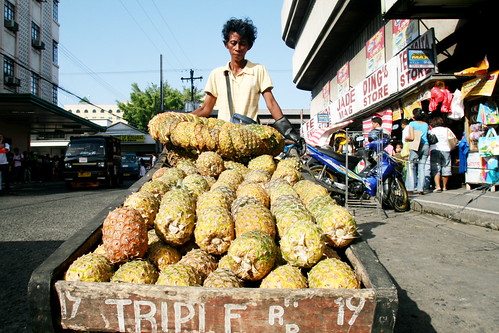 Davao mobile pinya fruit vendor street scene kariton cariton push cart peddler pineapple peddler Pinoy Filipino Pilipino Buhay  people pictures photos life Philippinen  菲律宾  菲律賓  필리핀(공화국) Philippines  ambulant