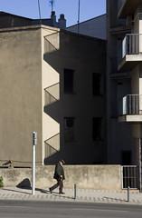 (arnd Dewald) Tags: light shadow silhouette licht balkon oldman catalonia streetphoto catalunya figueres schatten balkony altermann figueras katalonien arndalarm img1166e05c50r051klein linienmenschen