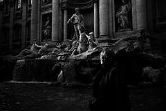 Roma - Fontana di Trevi (Grgoire Saunier) Tags: light people blackandwhite rome roma lumire candid fontanaditrevi gens fontainedetrevi