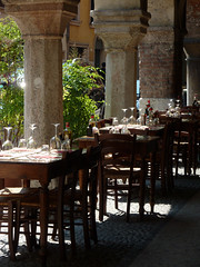 Verona - via Sottoriva (Silvana *_*) Tags: sun restaurant glasses chairs columns verona tables sole sedie ristorante colonne bicchieri adige tavoli