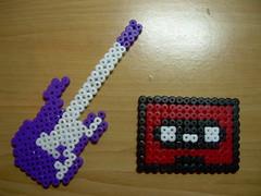 GUITARRA Y CINTA CASETTE en Hama beads (Garumiru) Tags: llaveros hamabeads