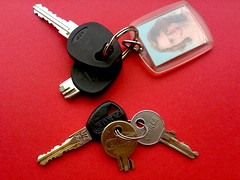 Broken... (digi / Jeroen) Tags: broken keys sleutel sleutelhanger afgebroken doetocheensvoorzichtigmetdiesleutelsman puullleasedotrytobealittlemorecarefulwithyourkeysforpetessake
