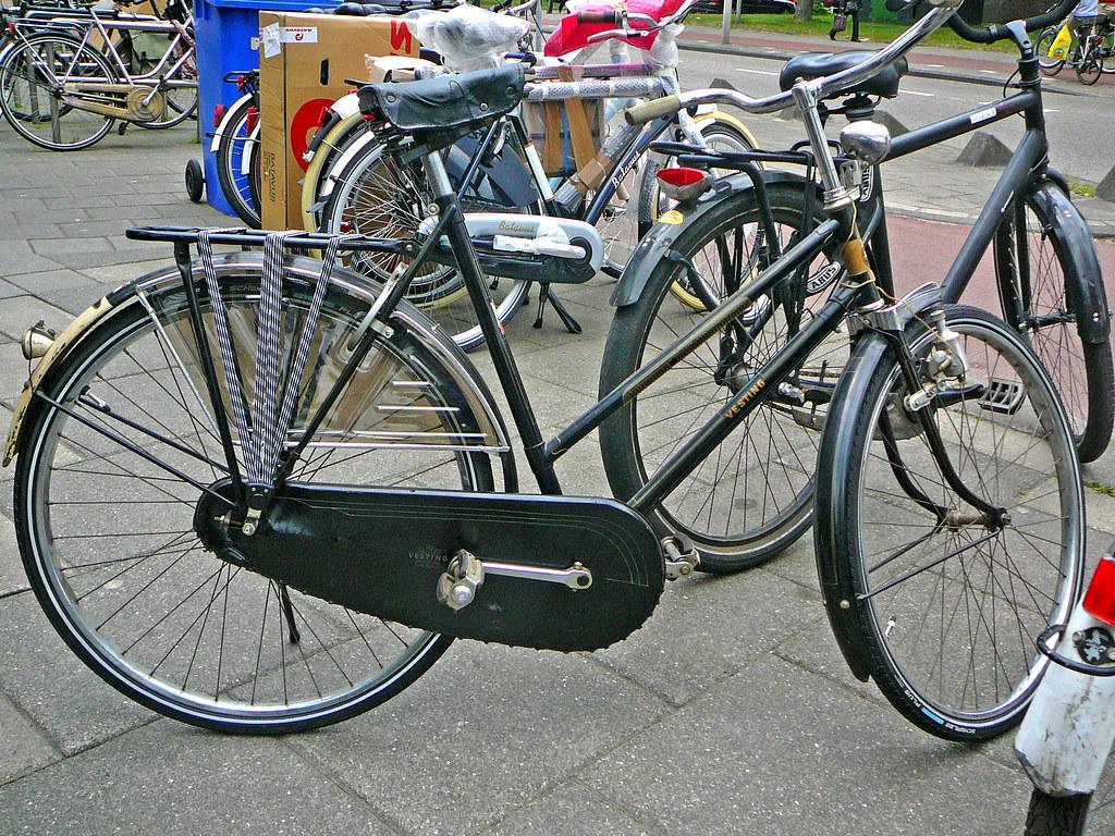 Vesting damesfiets (vintage ladies bicycle, vélo dame ancien), Amsterdam, Sierplein