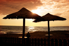 Spiaggia - Marina di Cerveteri (Roma) (*elySoft*) Tags: sunset italy roma beach canon italia tramonto ombrelloni spiaggia lazio beachumbrella cerenova eos400d superbmasterpiece marinadicerveteri skyascanvas