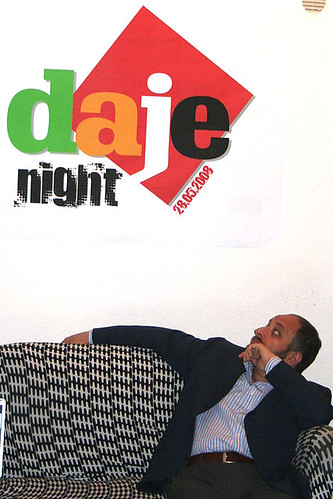 Nicola sul divanetto guarda dubbioso il manifesto della prima Daje Night