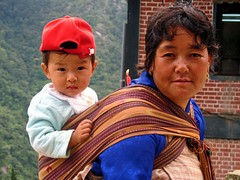 Mother & baby (Linda De Volder (the new layout is horrible)) Tags: travel portrait people barn children geotagged kid child bhutan kind criana himalaya motherchild enfant nio motherandchild dziecko bambino    lapsi copil dijete  dt    goldmedalwinner chukhadistrict tshimashan chhukhadistrict lindadevolder