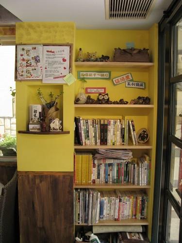 門口進來的書架