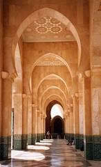 V (Micheo) Tags: architecture arquitectura holidays galeria mosque arab arabe mezquita casablanca perspectiva muslims marruecos arco vacaciones pasillo corredor lineas arcos escaner mywinners travelerphotos