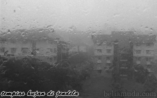 Tempias hujan di jendela