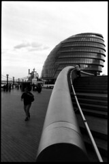The Foster point of view. (flevia) Tags: bw london thames architecture cityhall thecity bn southbank foster normanfoster ilfordhp5 londra architettura biancoenero tamigi municipio nikonfa v700 35mmf24 scannednegatives greaterlondonauthorityheadquarters bnarchitettura flevia epsonoperfectionv700photo