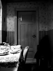 Die verschlossene Tr (Henry.) Tags: tr jacke tisch tapete bretter schssel lffel kalender klinke stuhl tuch tischdecke