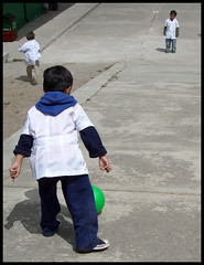 © Stefan Höchst (It's Stefan) Tags: boy people playing latinamerica americalatina southamerica students kids children ecuador student education bambini © kinder niños kind jugar escuela enfants kindergarten pupil schooluniform étudiants infante 学校 jugando scuolaelementare spielen kindergarden schüler formacion educacion ninos studenti bildung américalatina greenball estudiantes infantile 小学 sudamérica grundschule lateinamerika imbabura latinoamérica enfent öğrenci écoleprimaire jardindeninos öğrenciler hispanoamérica décolière 小儿 教养 儿女 grundschullehrer grundschullehrerin stefanhöchst ©stefanhoechst 学生生徒 學生女學生