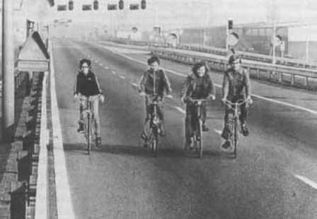 Mét de fiets, zonder licht op de fileloze snelweg. Dat bestond in de jaren '70 al.