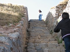 Peru, Saqsaywaman: Follow her (kool_skatkat) Tags: woman peru cuzco donna mujer cusco femme mulher mara frau grua vrouw perempuan muller dona babae saqsaywaman    naine kvinne  nainen kobieta koolskatkat  kvinde fminit  ena kvinna kadn n femeie  moteris enska sieviete    phn