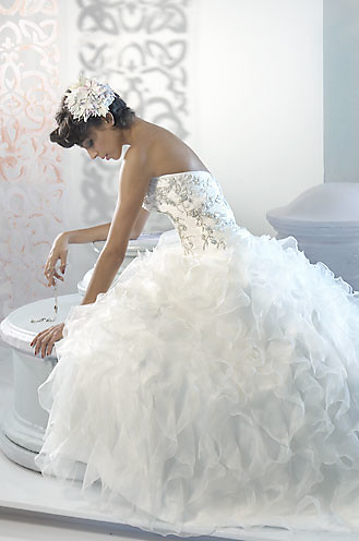 beauttiful wedding dress by Alfred Sung