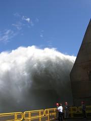 poderosamente pequeos (svmma) Tags: southamerica ro river power dam paraguay represa parana presa itaipu spillway skidder energa suramrica ciudaddeleste hidroelctrica hernandarias altoparana plantageneradora hidroelectric roparara