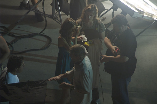 Isabel Lucas limpiando frente Transformers 2