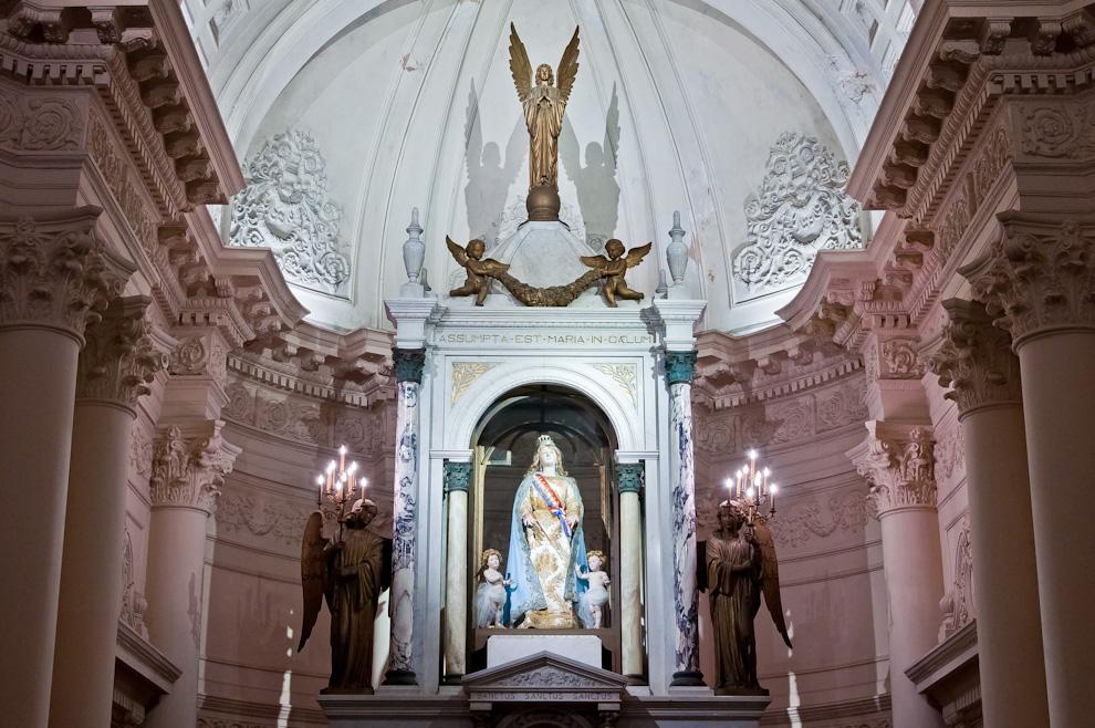 El interior del Panteón Nacional de los Héroes es masivamente visitado la noche del Miércoles 11 de Mayo luego de haberse inaugurada las nuevas luces multicolores que adornan el edificio. (Elton Núñez - Asunción, Paraguay)