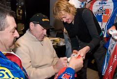 Eddy Merckx signeert shirts Alpe d'Huzes (Alpe d'HuZes) Tags: laura eddy alpe huez kwf eddymerckx signeren merckx verhoeven kanker sintbrixiusrode dhuzes alpedhuzes lauraverhoeven signerenshirts