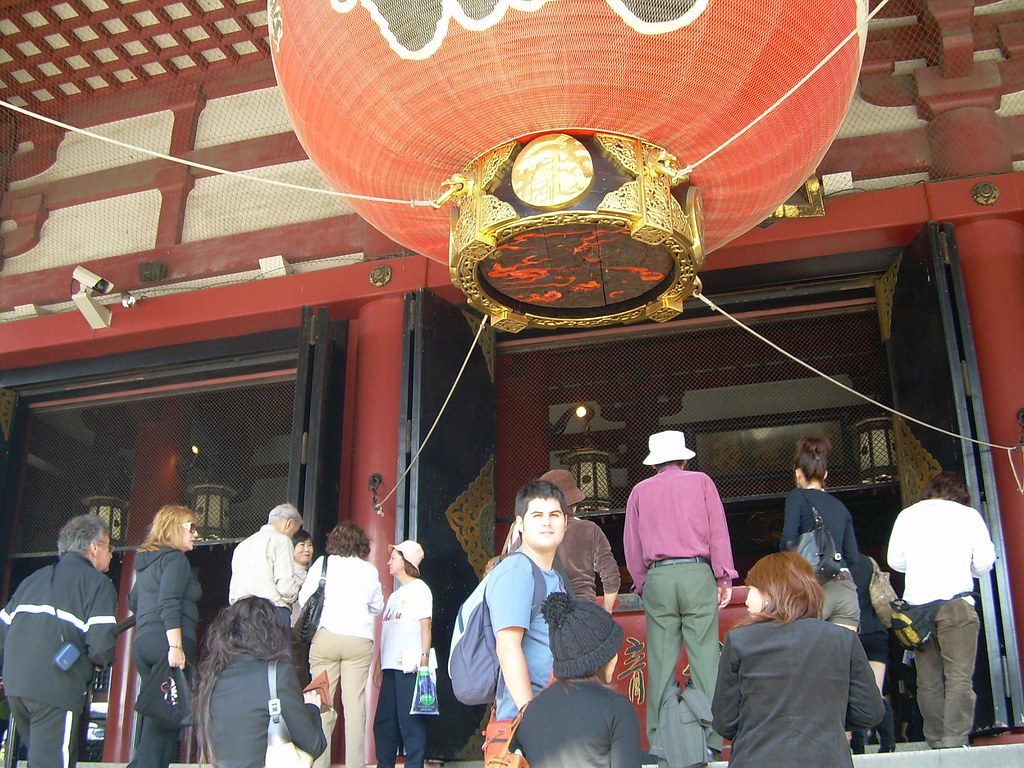 Ante el gran faro del Sensō-ji