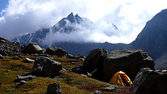 www.highhimalayanadventure.com/ (sami kuosmanen) Tags: sky india mountain nature yellow rock clouds landscape photography scenery foto outdoor pass peak tent climbing bouldering geology himalaya lumi rockclimbing sola himalayas unseen pilvet kiipeily taivas keltainen vuoristo vuori hampta lahaul teltta huippu travelsintheindianhimalayas