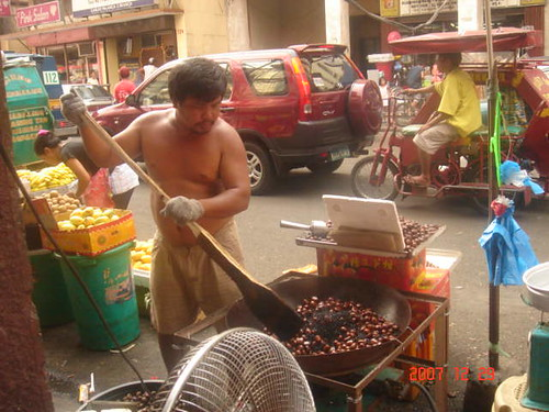 Quiapo, Manila street vendor roasting castañas nut snack stirring big wok kawali Pinoy Filipino Pilipino Buhay  people pictures photos life Philippinen  菲律宾  菲律賓  필리핀(공화국) Philippines