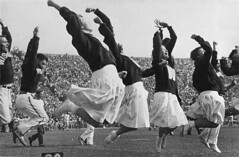 Early women cheerleaders at UW Madison